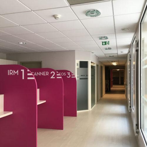 Signalétique décorative guichet d'accueil centre d'imagerie médicale