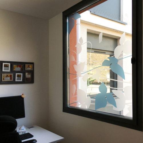 Vitrophanie végétale sur les fenêtres d'un bureau de la MAS du Dr Arnaud