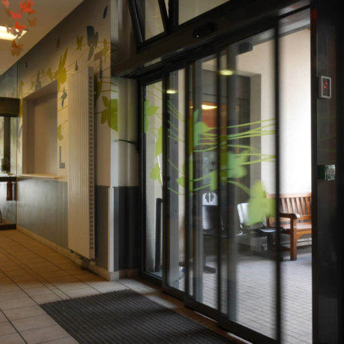 Vitrophanie colorée de sécurité sur des portes automatique de la MAS Dr Arnaud