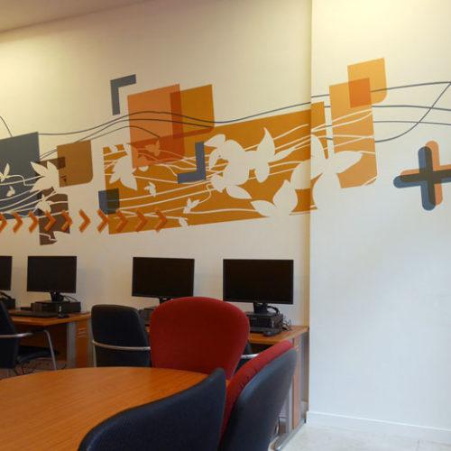 Décor mural en adhésif sur mesure pour la grande salle de réunion de la MAS du Dr Arnaud