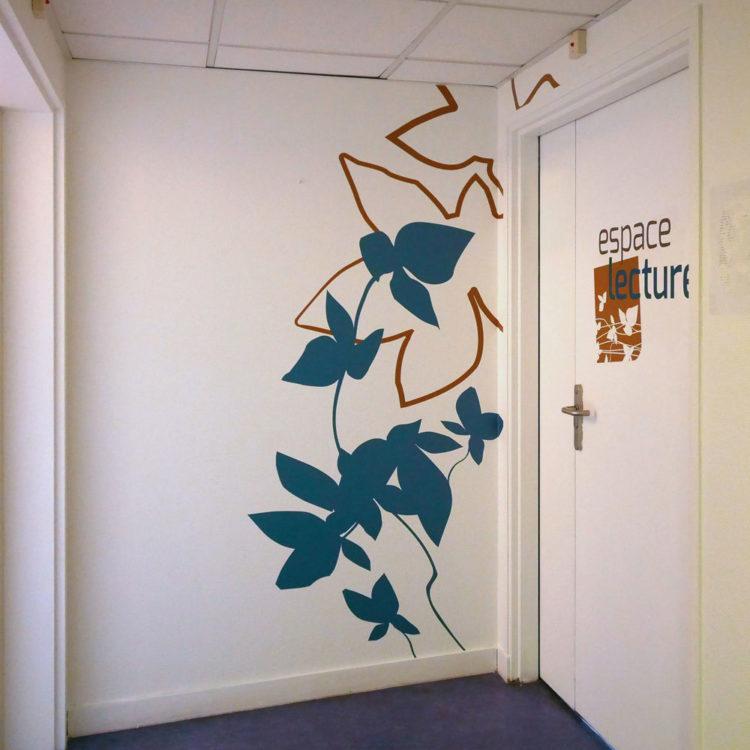 Décoration murale et signalétique en sticker sur mesure pour l'espace lecture de la MAS du Dr Arnaud