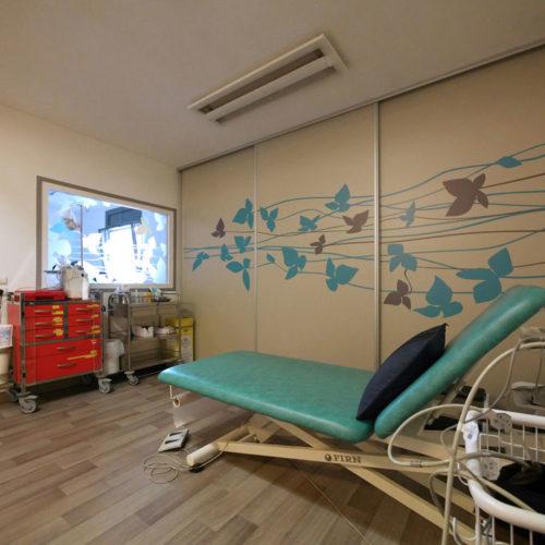 Décoration en adhésif sur des portes de l'infirmerie de la MAS du Dr Arnaud