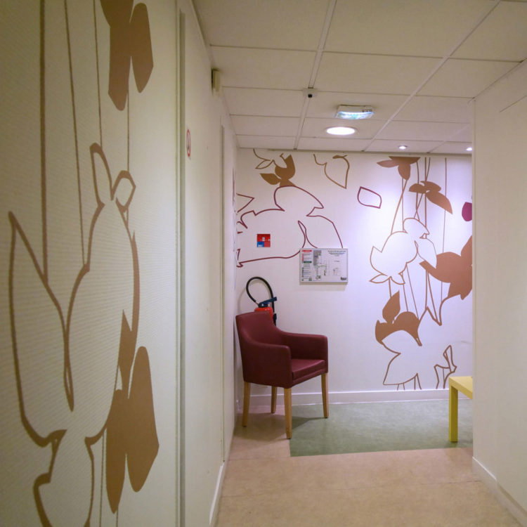 Décoration murale dans un espace d'attente de la MAS du Dr Arnaud