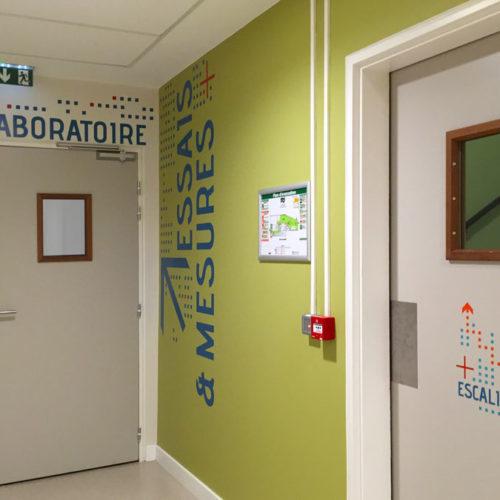 Signalétique et habillages muraux à l'entrée des laboratoires du FCBA à Champs sur Marne