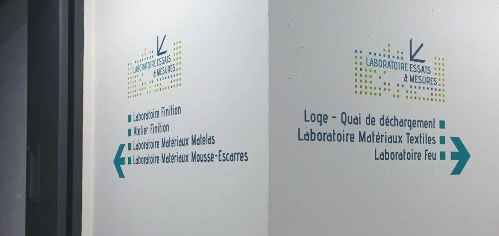 Signalétique directionnelle décorative dans les laboratoire du FCBA à Champs sur Marne