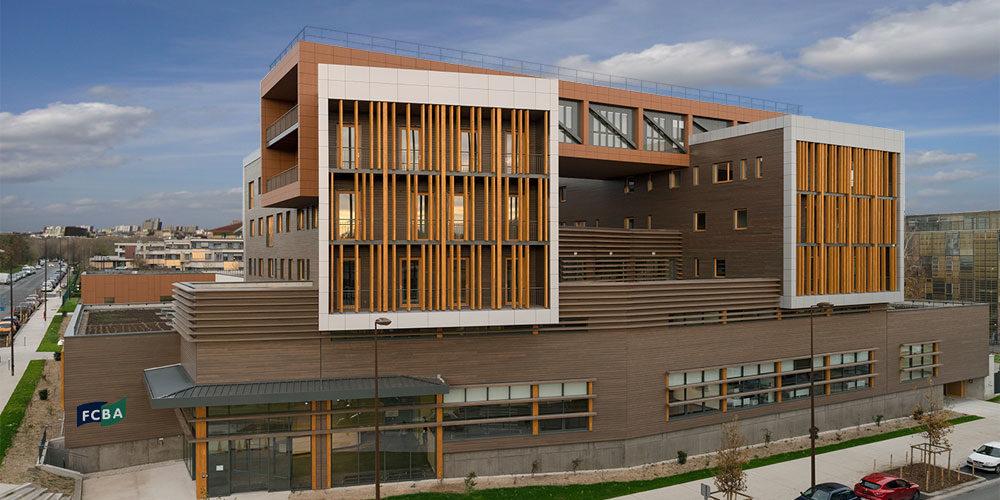 Vue d'ensemble du bâtiment du FCBA avec signalétique extérieure