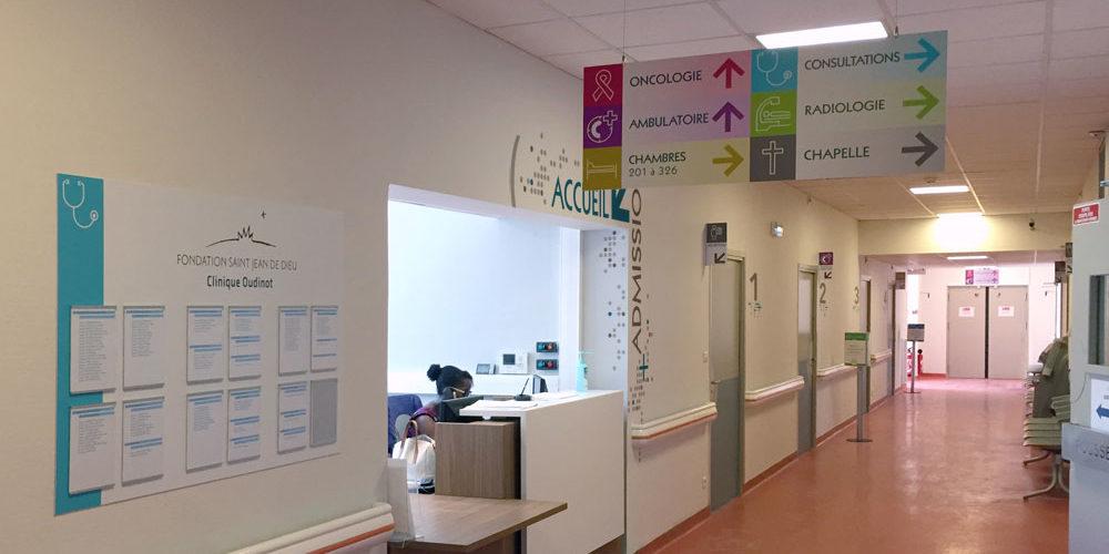 Signalétique dans le hall d'accueil d'une clinique à Paris