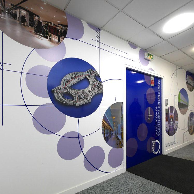 QIG Création décoration murale adhésif pour l'entrée des bureaux de QIG à Paris