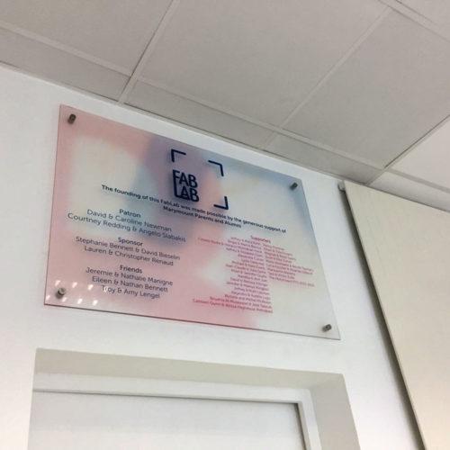 Réalisation plaque PMMA (plexi) avec impression en recto verso montée sur entretoise
