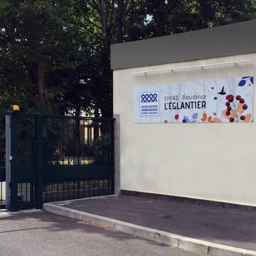 Signalétique murale décorative sur plaque dibond à l'entrée d'un EHPAD