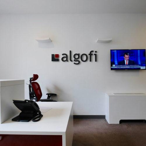 Logo lettrage relief entrée des bureaux d'ALGOFI