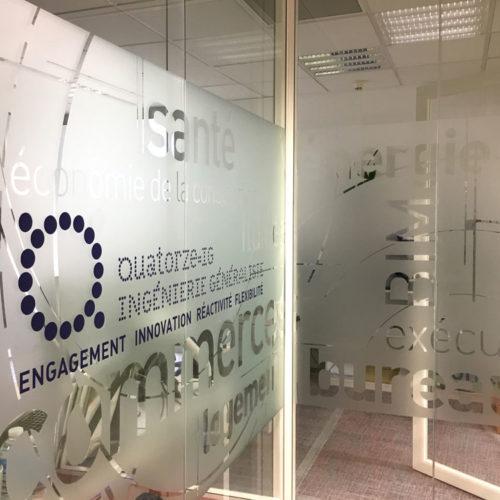 Création et réalisation de vitrophanie pour les bureaux de QIG à Paris