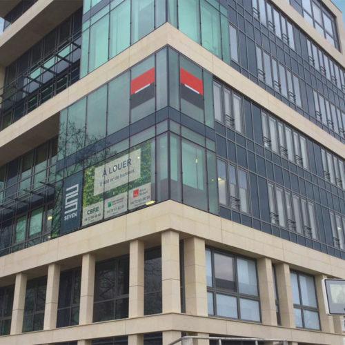 Logo Société Générale en film micro-perforé en façade - immeuble Le Seven à Lyon