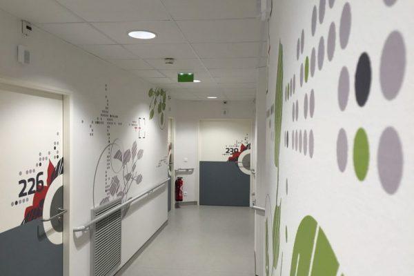 Design mural - Habillage mural décoratif avec des motifs végétaux pour les circulations de la clinique Oudinot à Paris