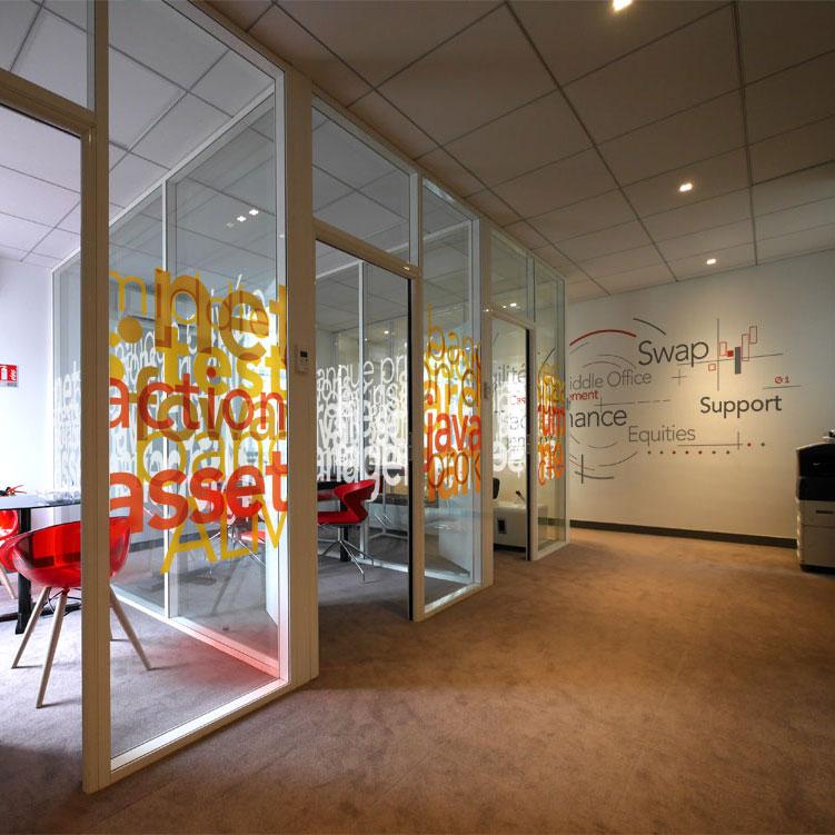 Création de vitrophanies et design muraux originaux pour des cloisons vitrée pour des bureaux à Paris