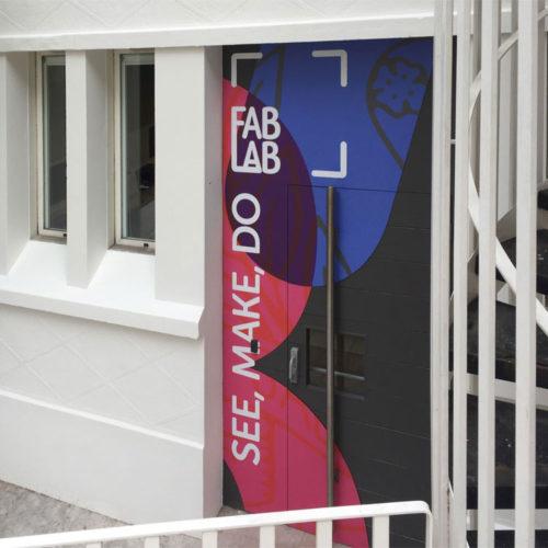 Marymount Paris habillage d'une porte extérieur avec panneaux composite (Dibond) découpé à la forme et décoré