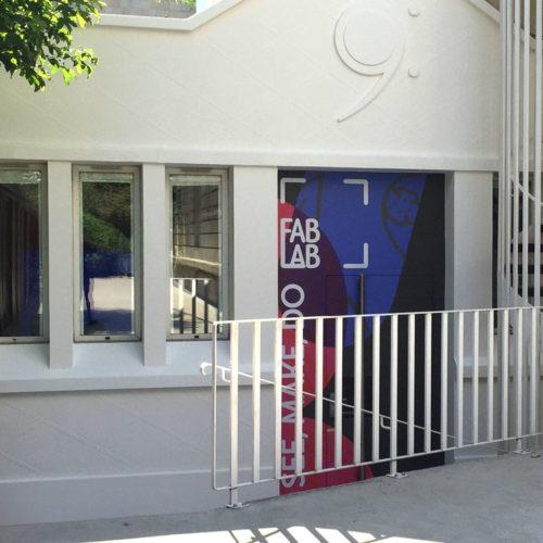Marymount Paris habillage d'une porte extérieure en panneau composite (Dibond) découpés à la forme et décorés