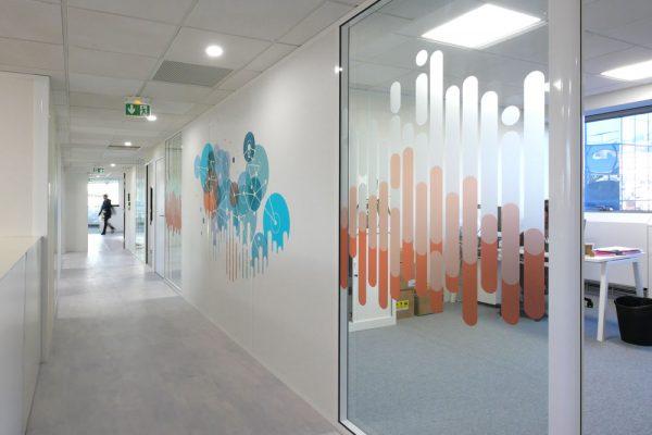 E*Message - Réalisation de décors muraux et vitrophanies sur un plateau de bureau à Suresnes