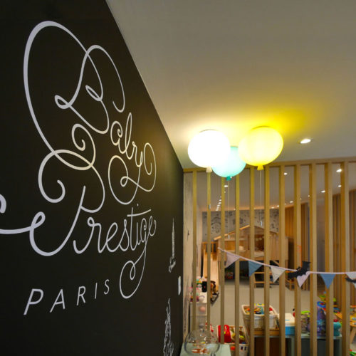 Detail d'un decor mural en adhesif realise sur mesure pour la boutique Baby Prestige a Chatillon