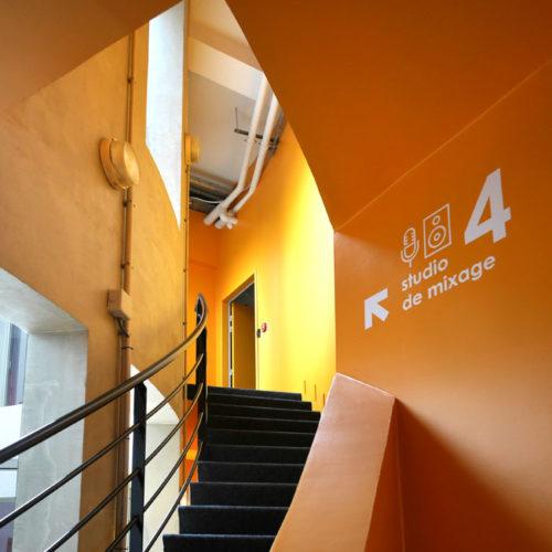 Signaletique directionnelle dans les escaliers des nouveaux locaux d'HIVENTY a Boulogne